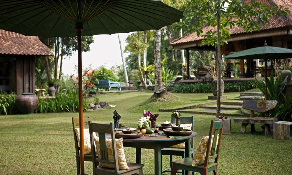 Outdoor dining  area at Villa Bodhi