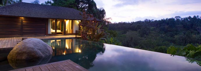 Evening view of the swimming pool at Villa Kamaniiya