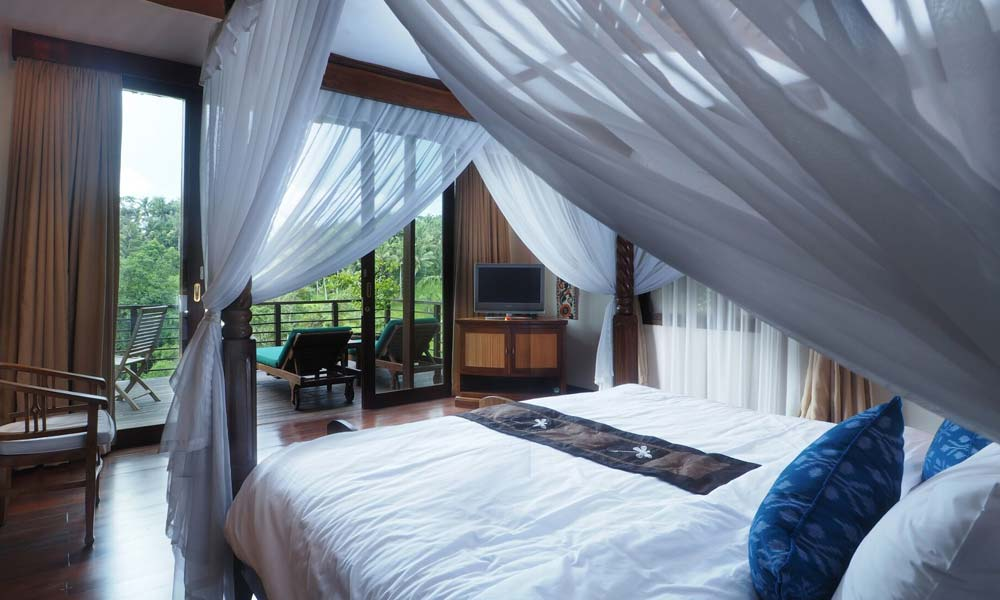 A bedroom with gorgeous views at Villa Samaki